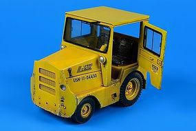 United Tractor GC340-4/SM340 Tow Tractor w/Cab Plastic Model Tractor Kit 1/32 Scale #320