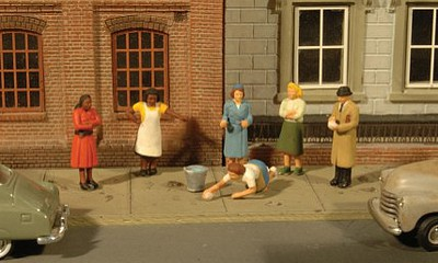 Bachmann HO Scenescapes Sidewalk People (7)