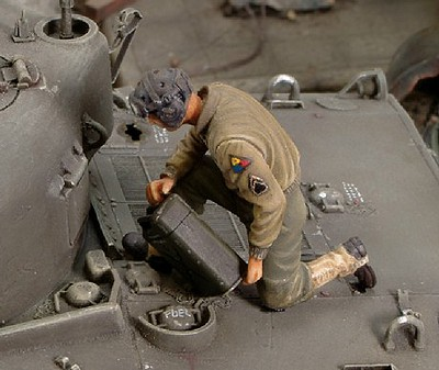 Royal-Model 1/35 WWII US Refueling Tank Crew Member (Resin)
