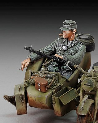 Royal-Model 1/35 WWII German Infantry Cigarette Break Sitting (Resin)