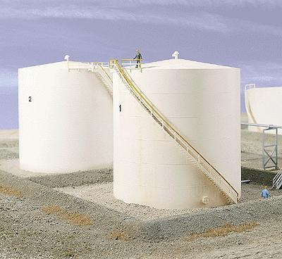 Walthers Tall Oil Storage Tank w/Berm - Kit -- HO Scale Model Railroad Building -- #3168