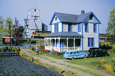 Walthers Aunt Lucy's House - Kit - 4 x 5-3/4 x 5-1/8 Inch -- HO Scale Model Railroad Building -- #3651