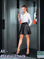 Master-Box 1/24 Ali Modern Woman wearing Dress Holding Cell Phone in Hand (New Tool)